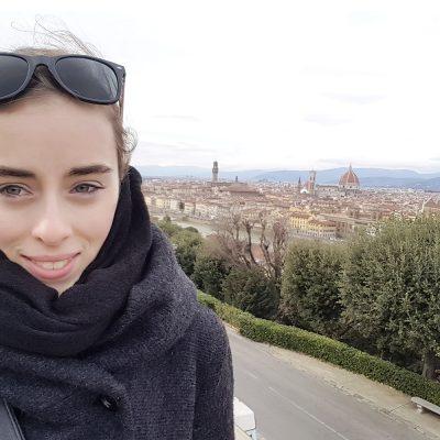 Das Bild zeigt Valentina Sehner und im HIntergrund die Stadt Florenz und den großen Dom.