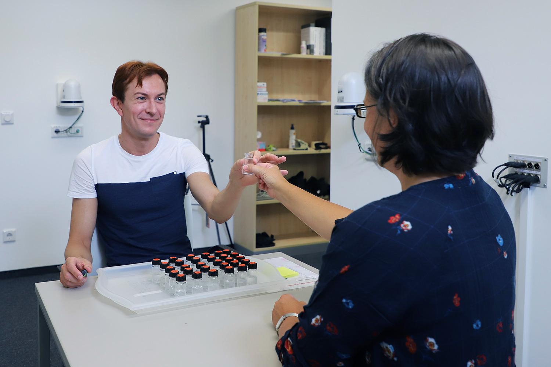 """Ein Teil der Studie ist das sogenannte """"Schnupper-Experiment"""": Hier überreicht René Schmidt den Probanden verschiedene Geruchsproben zur Bewertung."""