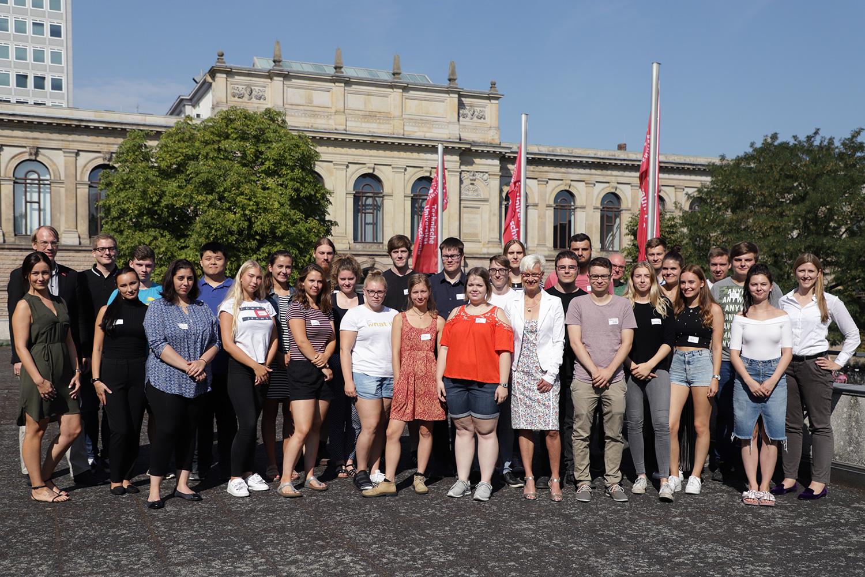 Zu sehen sind die 28 neuen Auszubildenden zusammen mit der Präsidentin Anke Kaysser-Pyzalla sowie weiteren Mitarbeiterinnen und Mitarbeitern der TU Braunschweig.