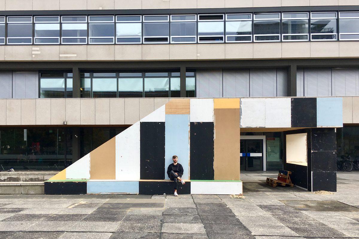 "September: Letzter Akt des Projekts ""Der Platz"" auf dem Universitätsplatz"