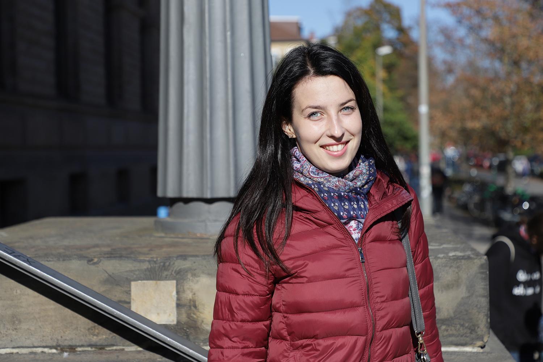 Zu sehen ist Kateryna Zarutska vor dem Altgebäude.