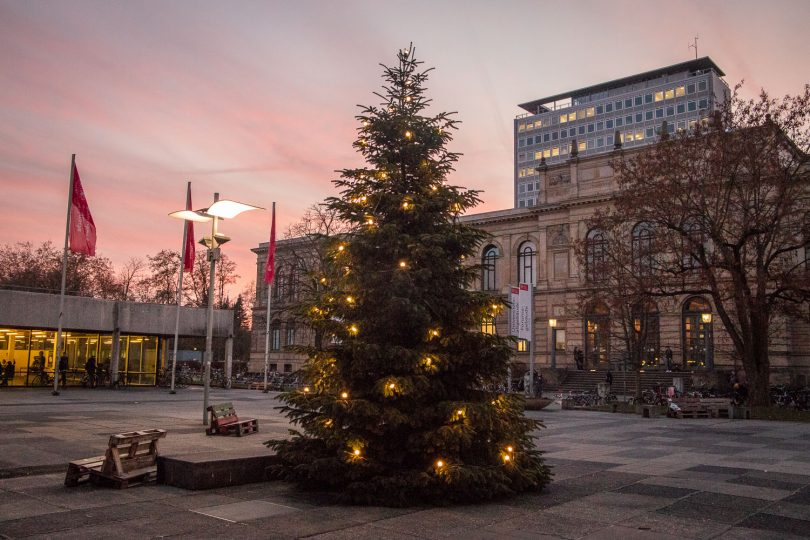 Der Weihnachtsbaum auf dem Universitätsplatz. Bildnachweis: Markus Hörster/TU Braunschweig