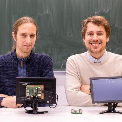 Manuel Wejner und Juniorprofessor Timm Wilke mit zwei LabPi-Stationen. Bildnachweis: Markus Hörster/TU Braunschweig