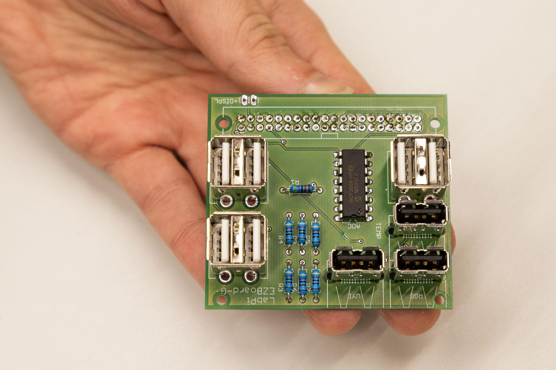 Diese selbst entwickelte Platine wird auf einen Raspberry Pi Mini-Computer gesteckt. Bildnachweis: Markus Hörster/TU Braunschweig