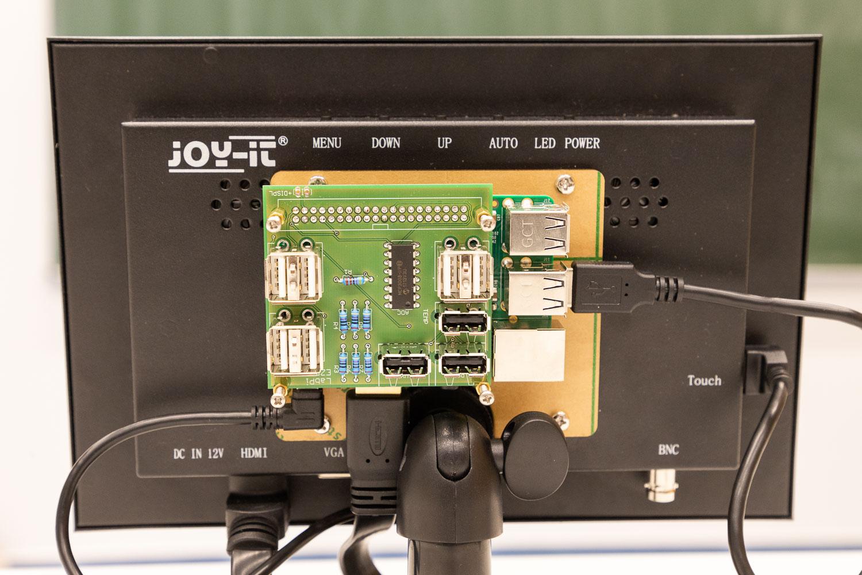 Zusammen mit einem kleinen Monitor wird der LabPi zu einer kompakten, modularen Messstation. Bildnachweis: Markus Hörster/TU Braunschweig