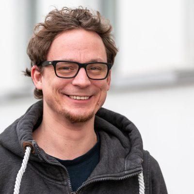 Tobias Rahm forscht am Institut für Pädagogische Psychologie zum Thema Glück. Bildnachweis: Markus Hörster/TU Braunschweig