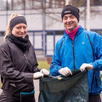 Unsere Volontäre Anna Krings und Markus Hörster haben Plogging am Sportzentrum der TU ausprobiert. Bildnachweis: Bianca Loschinsky/TU Braunschweig