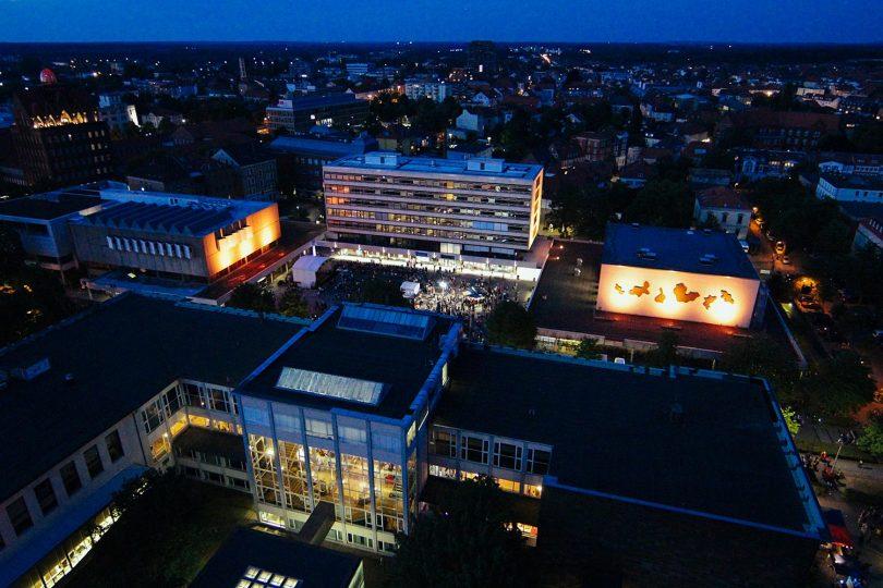 Blick vom Okerhochhaus auf den Universitätsplatz bei der TU-Night 2018. Bildnachweis: Marisol Glasserman/TU Braunschweig, frei zur Veröffentlichung.