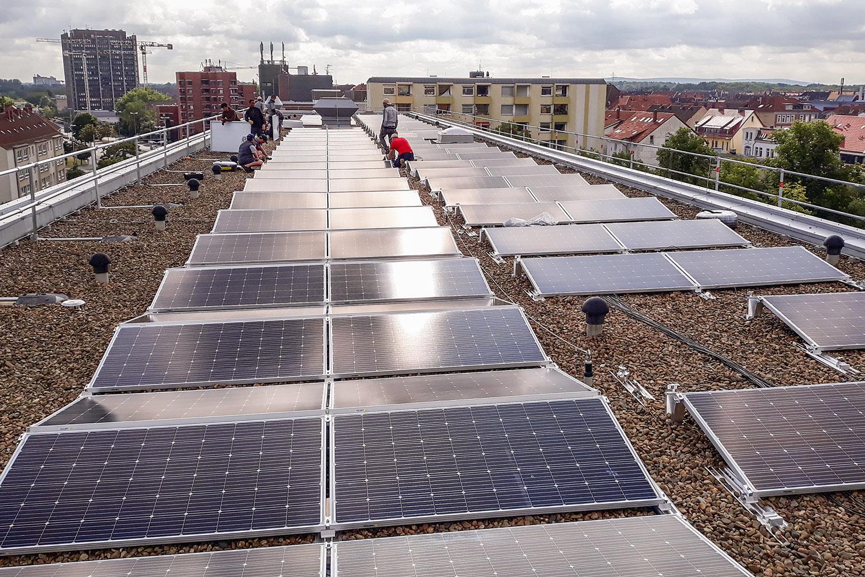 Installation der PV-Anlage auf dem Dach des Braunschweiger Zentrums für Systembiologie (BRICS). Bildnachweis: Lars Altendorf/TU Braunschweig