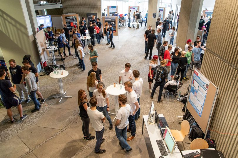 """Im Foyer des Informatikzentrums der TU Braunschweig präsentieren Studierende am """"Tag der jungen Softwareentwickler"""" ihre Projekte, die im Rahmen des Softwareentwicklungspraktikums entstanden sind. Bildnachweis: Markus Hörster/TU Braunschweig"""