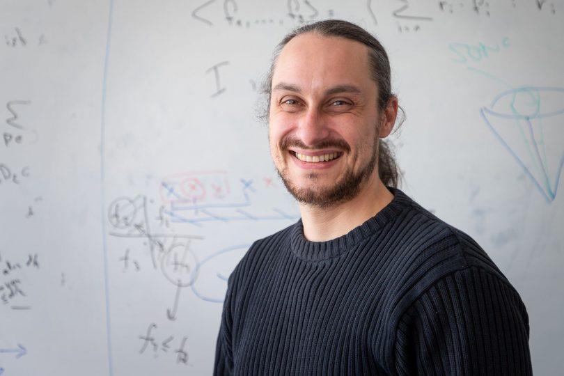 """Professor Timo de Wolff vom Institut für Analysis und Algebra der TU Braunschweig ist eines von zehn neuen Mitgliedern der """"Jungen Akademie"""". Bildnachweis: Markus Hörster/TU Braunschweig"""