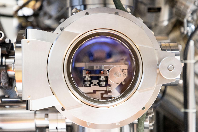 Blick in die Probeneinlasskammer mit Probenmagazin des XPS. Bildnachweis: Markus Hörster/TU Braunschweig
