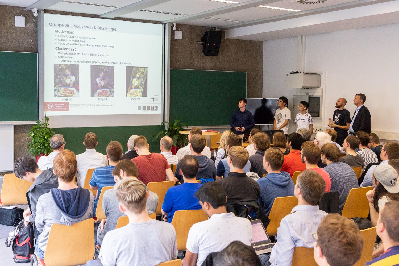 """Zum Abschluss des """"Deep Learning Lab"""" präsentierten die Studierenden ihre Ergebnisse. Bildnachweis: Markus Hörster/TU Braunschweig"""