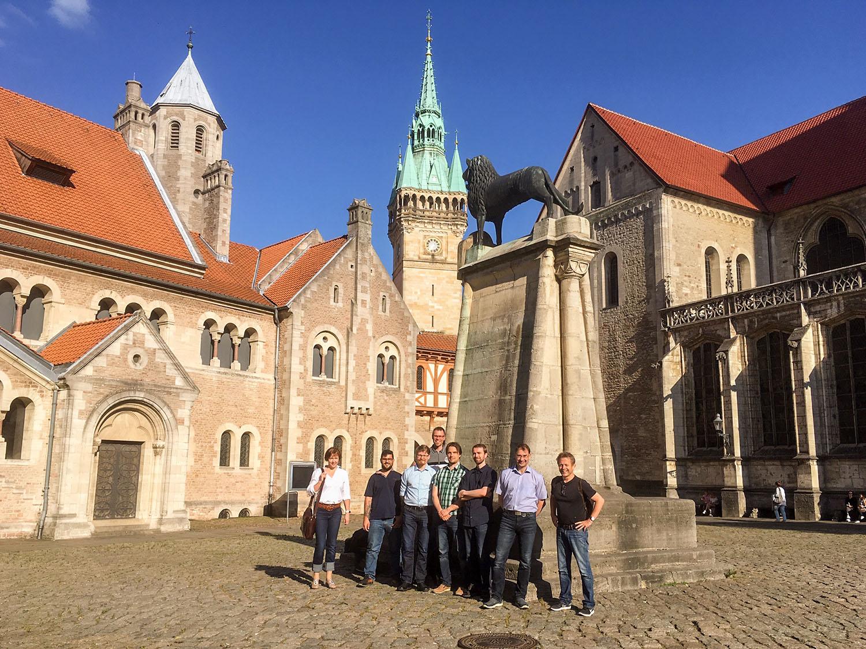 Zu Besuch in Braunschweig: Prof. Pasi Kallio (2. von rechts) mit Mitgliedern seiner Arbeitsgruppe, neben Prof. Andreas Dietzel (rechts). Bildnachweis: IMT/TU Braunschweig