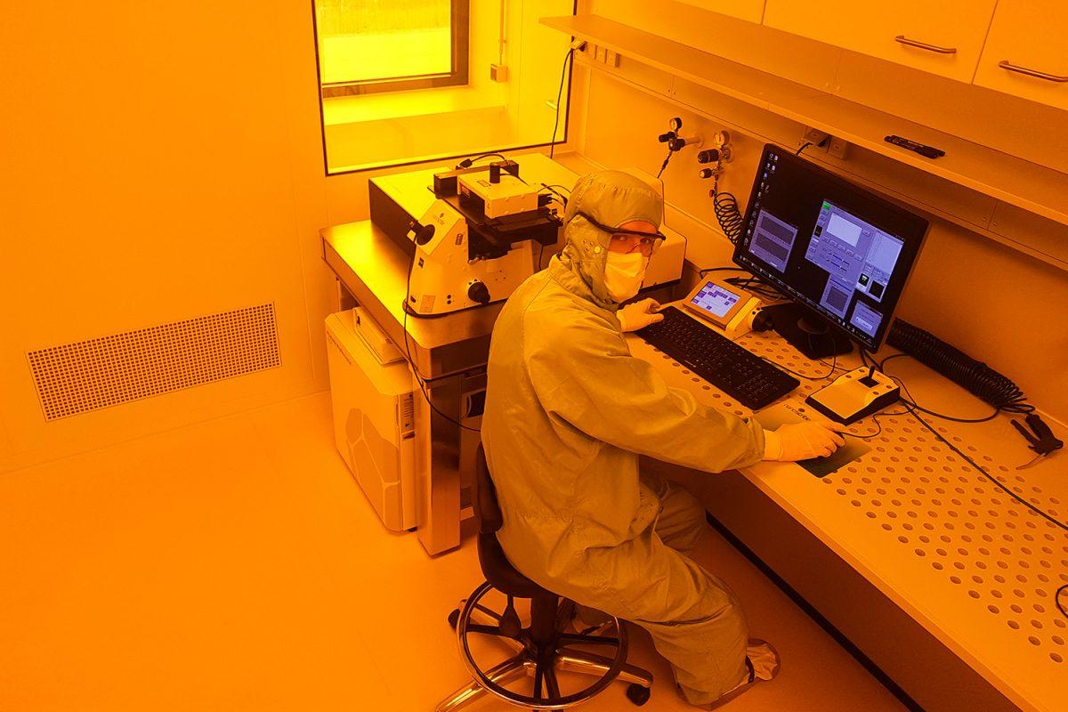 Im Reinraum (auch Gelbraum) am Zentrum für Pharmaverfahrenstechnik. Zu sehen ist die Anlage zur Zwei-Photonen-Polymerisation (2PP). Diese Technik ist ein wesentliches Element in der Zusammenarbeit mit Tampere. Sie erlaubt den 3D-Druck von Mikro- und Nanostrukturen für Organ-on-Chip-Systeme. Anke Vierheller, technische Mitarbeiterin des Instituts, arbeitet an der 2PP Anlage. Bildnachweis: Eugen Koch/TU Braunschweig