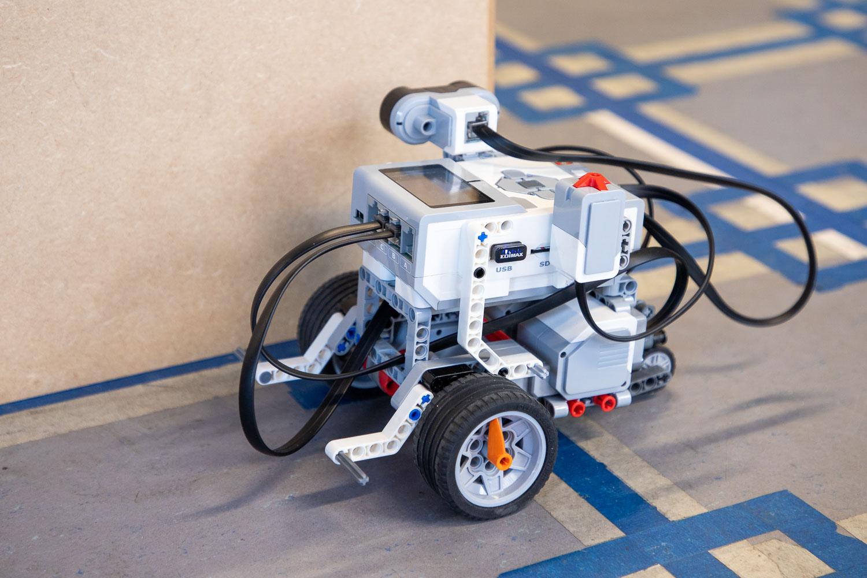 """Im LegoLab arbeiten die Schülerinnen und Schüler mit """"Lego Mindstorms EV3"""" Robotern. Bildnachweis: Markus Hörster/TU Braunschweig"""