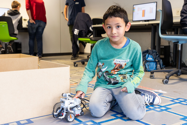 """Simon war einer von fünf Teilnehmern beim Projekttag """"Informatik mit Lego"""" für Autisten. Bildnachweis: Markus Hörster/TU Braunschweig"""