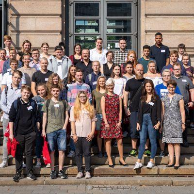 Am 1. August und am 1. September starten insgesamt 32 Auszubildende mit ihrer Berufsausbildung an der TU Braunschweig. Präsidentin Anke Kaysser-Pyzalla begrüßte sie. Bildnachweis: Markus Hörster/TU Braunschweig