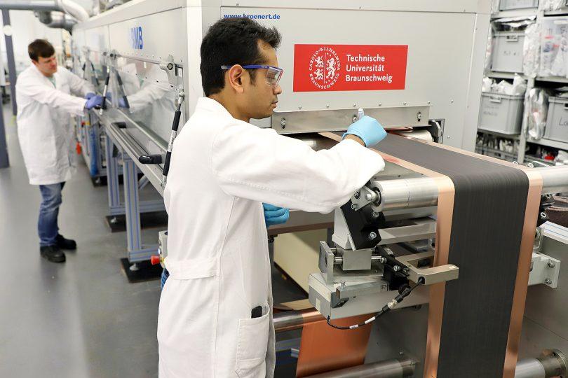 Beschichtung und Trocknung von Elektroden in der Battery LabFactory Braunschweig. Bildnachweis: Marisol Glasserman/TU Braunschweig