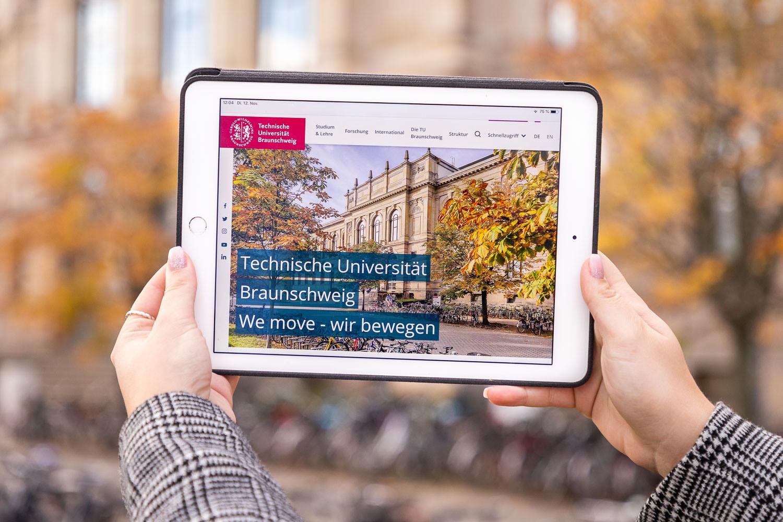 Die neue Webseite der TU Braunschweig auf einem Tablet. Bildnachweis: Markus Hörster/TU Braunschweig