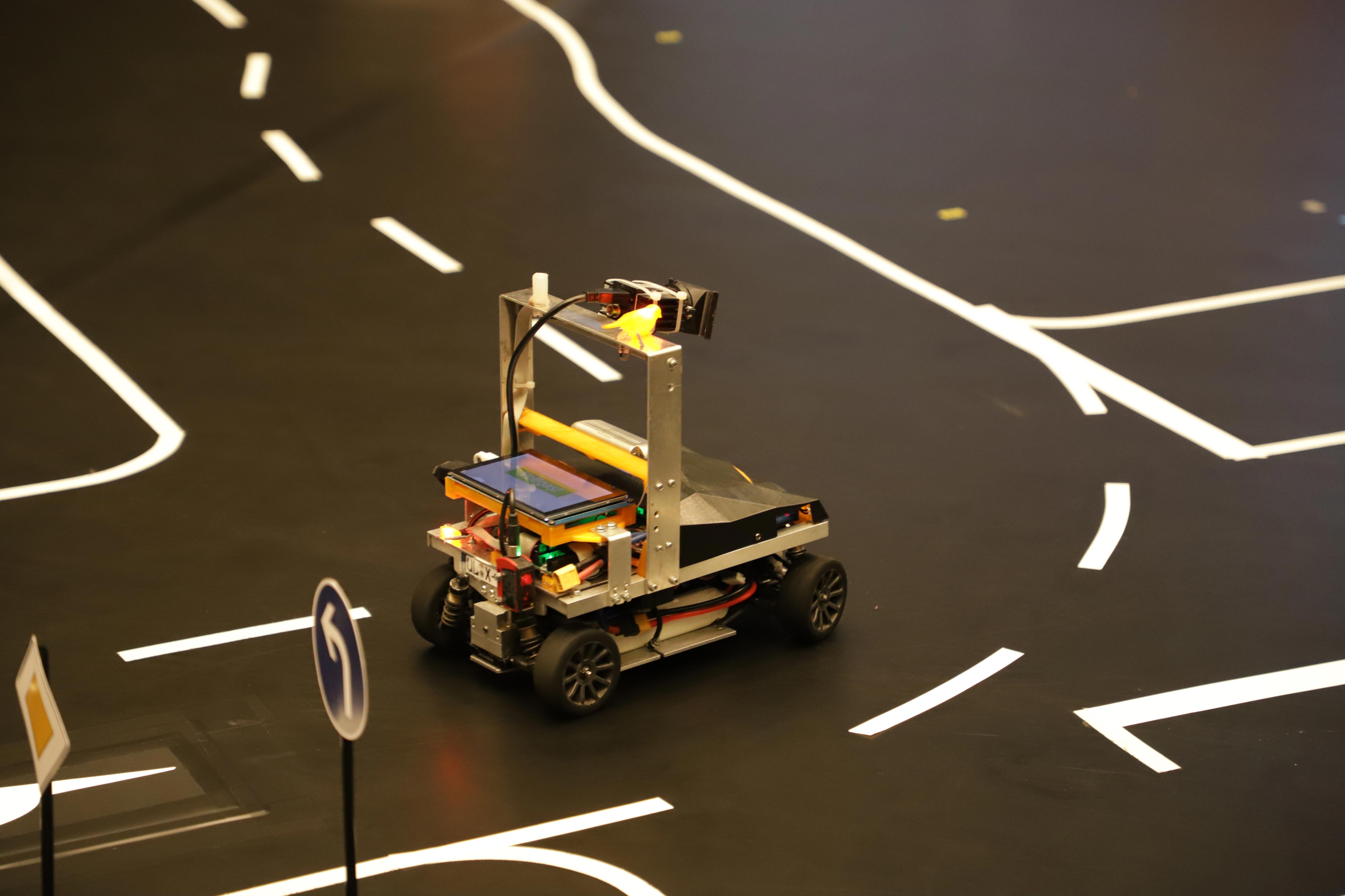 Das Modellfahrzeug des Vorjahressiegers im Carolo-Cup auf der Strecke