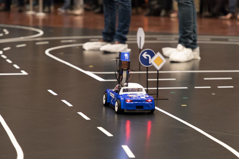 Modellfahrzeug auf der Strecke des Carolo-Cups der TU Braunschweig
