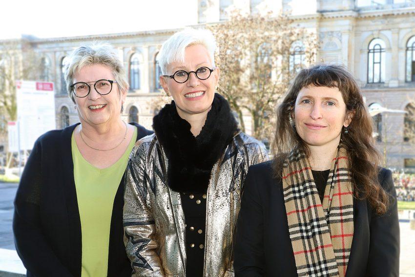 Drei Präsidentinnen: Prof. Rosemarie Karger, Prof. Anke Kaysser-Pyzalla und Vanessa Ohrlraun stehen vor dem Hintergrund des Altgebäudes der TU Braunschweig