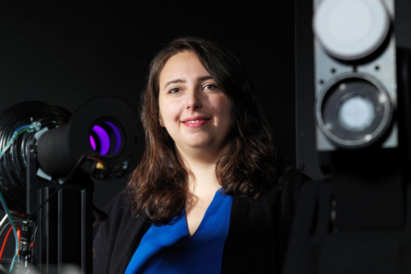 B-IGSM-Mitglied Irina Santourian am Gonioreflektometer