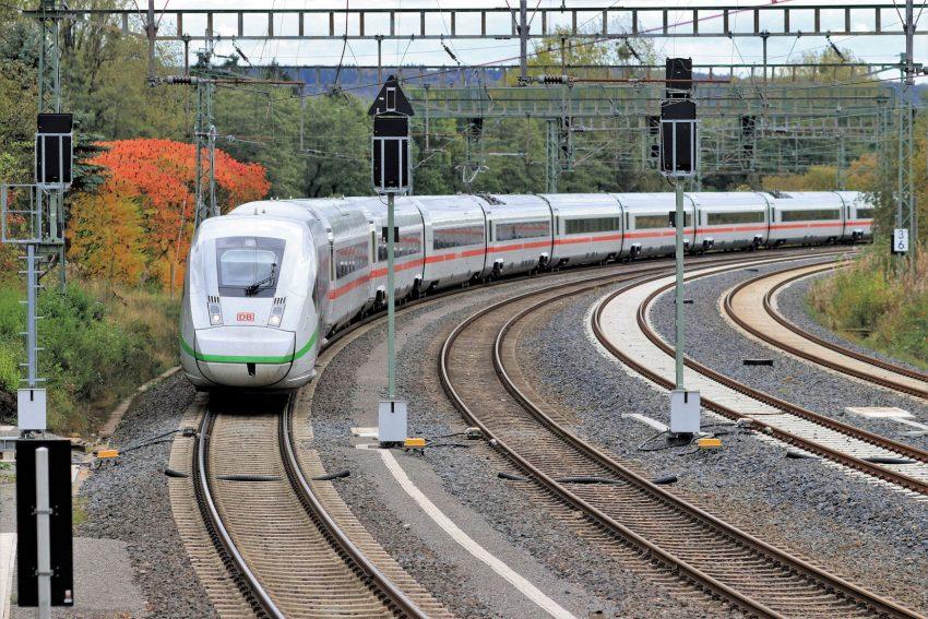 ICE 4 durchfährt Betriebsbahnhof