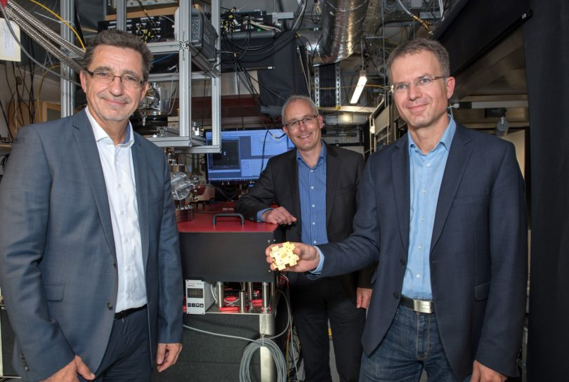Die drei Sprecher des Quantenbündnisses in einem Forschungslabor, in dem Quantencomputer realisiert werden sollen.
