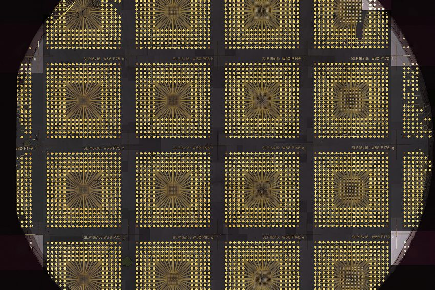 Zwölf Mikro-LED-Chips auf einem Wafer. Genau so werden die späteren Bausteine für Quantencomputer aussehen