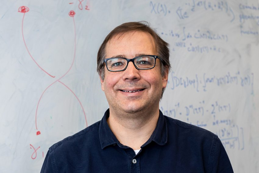 Professor Patrick Recher vor Berechnungen zu Majorana-Fermionen