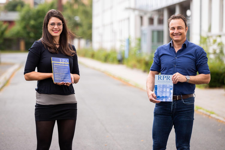 """Neben der """"European Policy Analysis"""" (EPA) geben Prof. Nils C. Bandelow und Johanna Hornung seit Juli auch die internationale Fachzeitschrift Review of Policy Research (RPR) heraus. Bildnachweis: Markus Hörster/TU Braunschweig"""