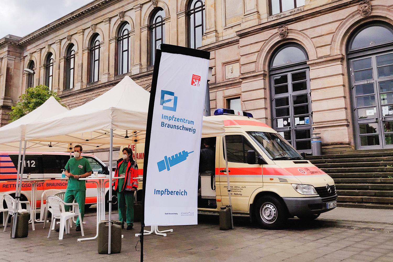 Am Donnerstag, 16. September, steht ein mobiles Impfteam des Impfzentrums Braunschweig zum letzten Mal vor dem Altgebäude der TU Braunschweig. Bildnachweis: Markus Hörster/TU Braunschweig