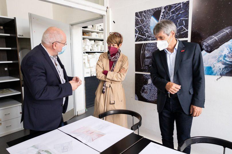 Professor Berthold H. Penkhues vom Institut für experimentelles Entwerfen zeigte Prof. Wolfgang Durner und mir aktuelle Arbeiten von Architektur-Studierenden. Bildnachweis: Markus Hörster/TU Braunschweig