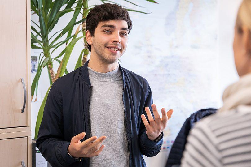 Ein Student unterhält sich mit einer Mitarbeiterin der TU Braunschweig.