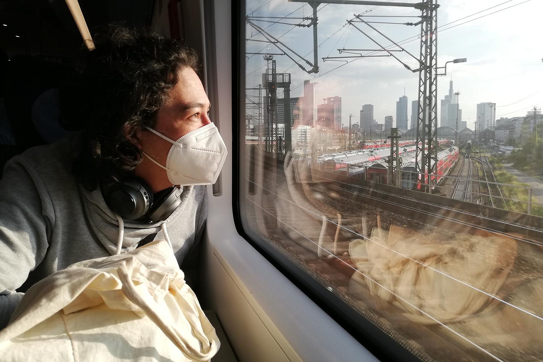 Hier bin ich unterwegs im Zug und genieße die Aussicht auf die Skyline der Stadt Frankfurt. Bildnachweis: Katharina Nolte